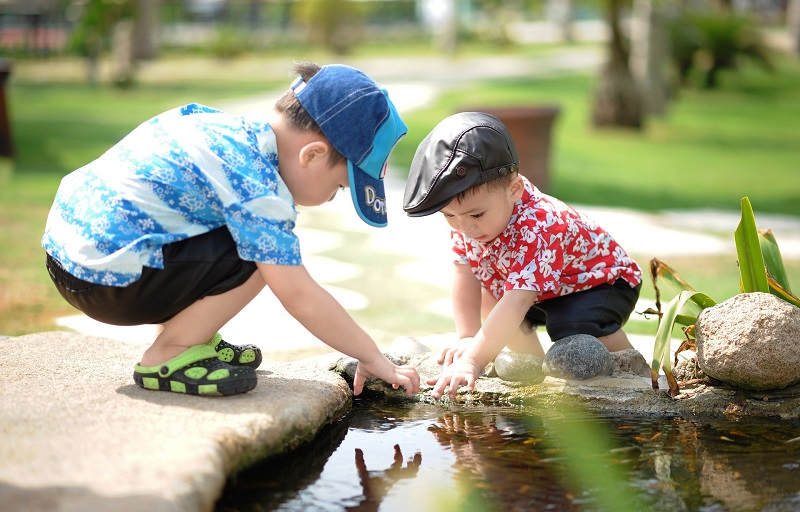 Kinder beim Spielen im Garten