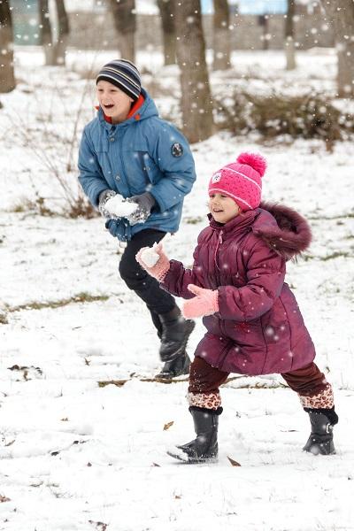 kinder-spielen-im-schnee